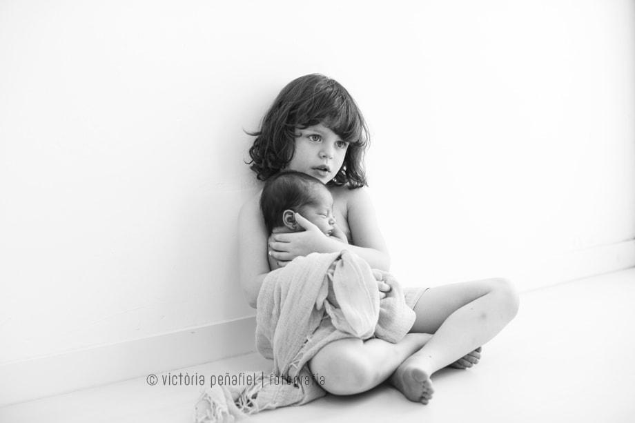 newborn-recien-nacido-bebe-hermano-ternura (1)