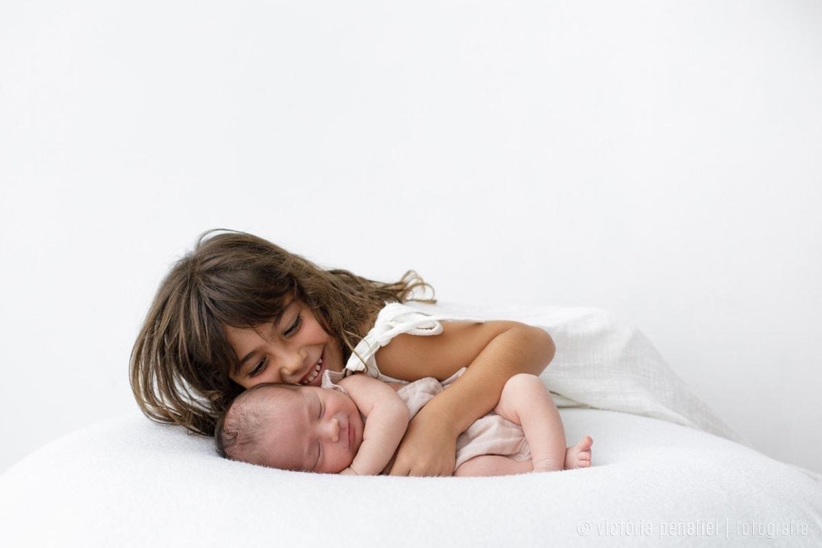 Hermana mayor y bebé recién nacido