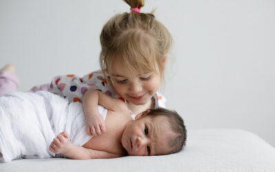 Sesiones de bebés recién nacidos con hermanos: consejos para salir airoso de la situación